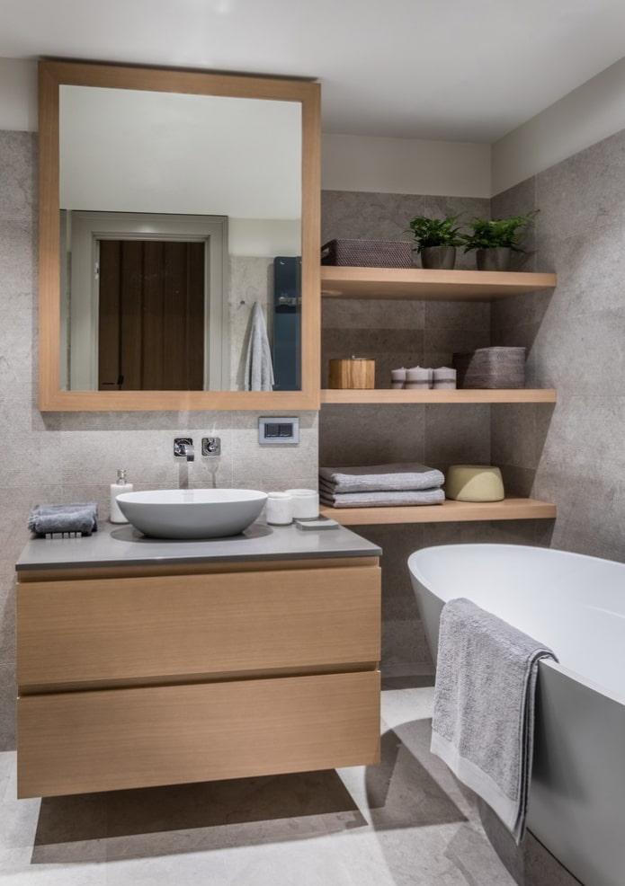 niche avec étagères en bois à l'intérieur de la salle de bain