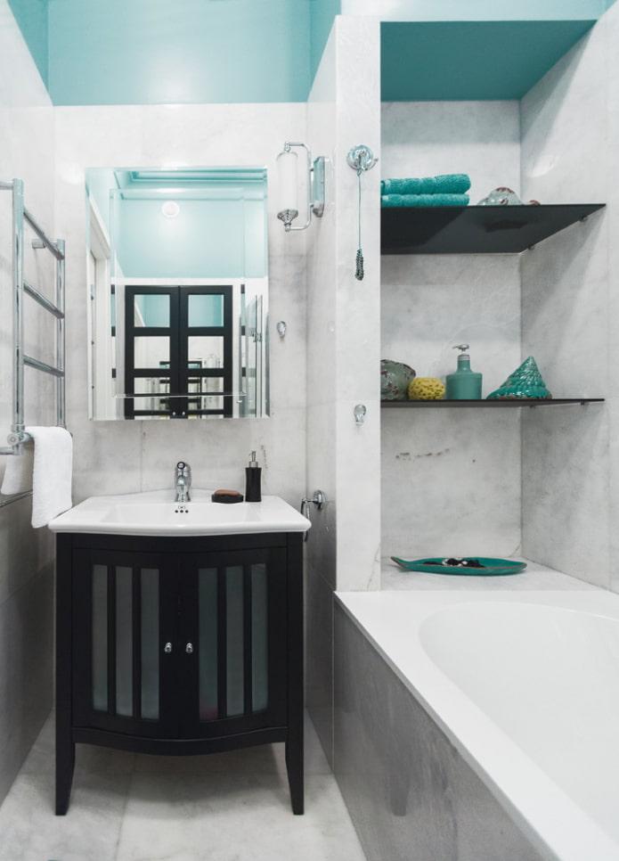 niche avec étagères en plastique à l'intérieur de la salle de bain