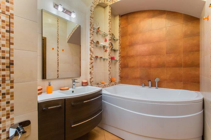 niche avec étagères en verre à l'intérieur de la salle de bain