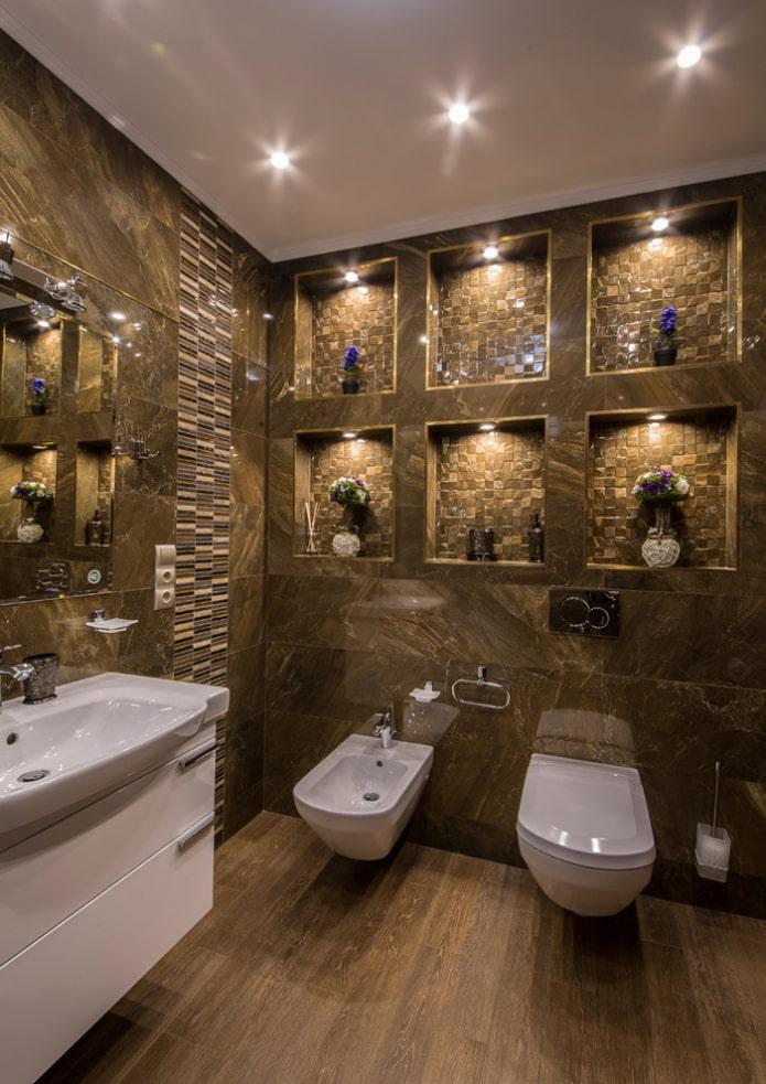 niches dans le mur à l'intérieur de la salle de bain