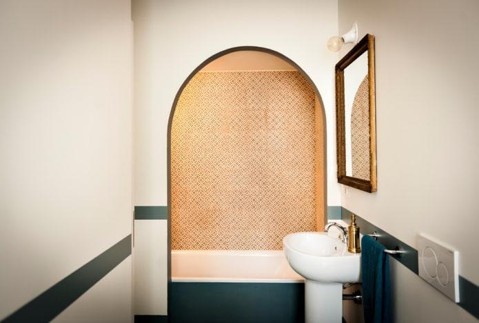 niche bouclée à l'intérieur de la salle de bain