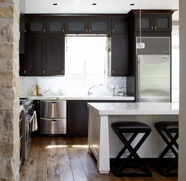 Solution élégante - une table massive qui agit comme un séparateur d'espace entre la cuisine et le salon