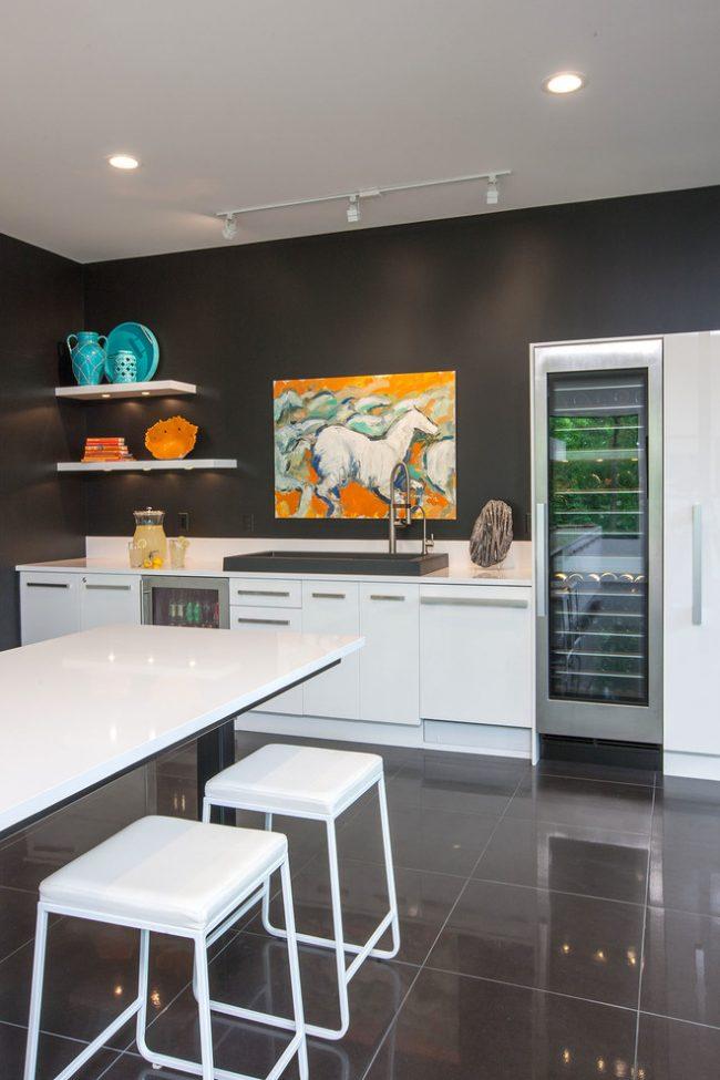 Nuances contrastées d'une petite cuisine avec des spots