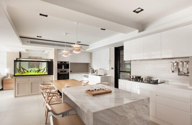 Combinaison harmonieuse de matériaux de finition dans une cuisine lumineuse