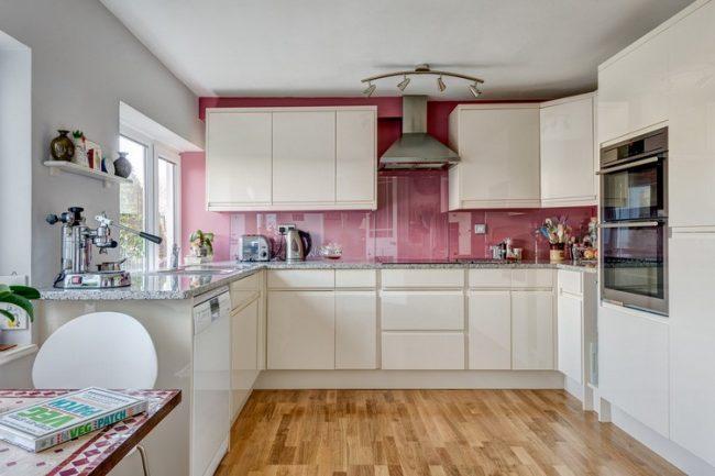Tablier rose délicat dans la cuisine avec un ensemble de nuances laiteuses