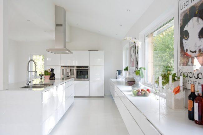 Cuisine brillante en blanc dans un appartement spacieux - studio