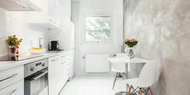 La combinaison d'un mur en nacre avec une façade brillante d'un ensemble de cuisine élargira visuellement l'espace