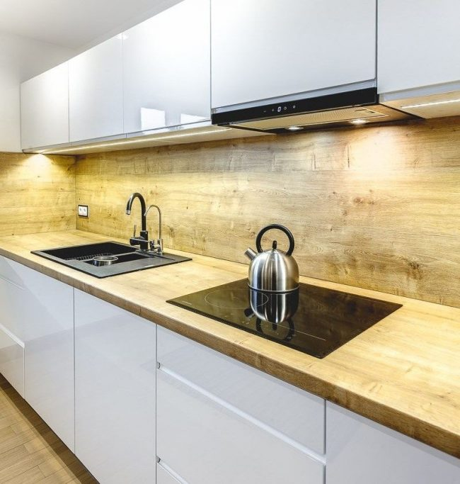 Classique luxueux - une combinaison de bois clair avec un brillant blanc