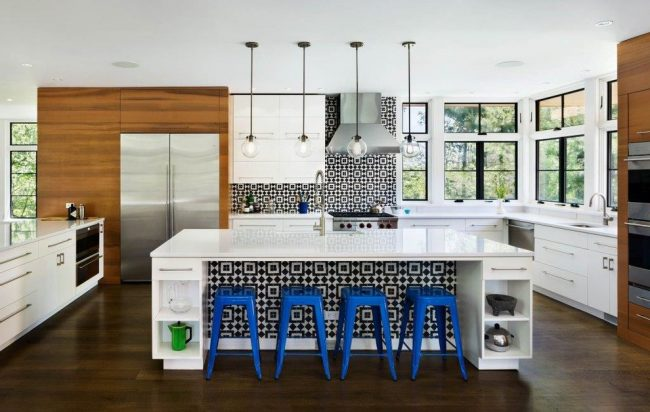Concevoir la décoration intérieure de la cuisine en utilisant différentes couleurs