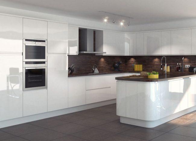 Une combinaison contrastée de nuances semble avantageuse dans une cuisine spacieuse