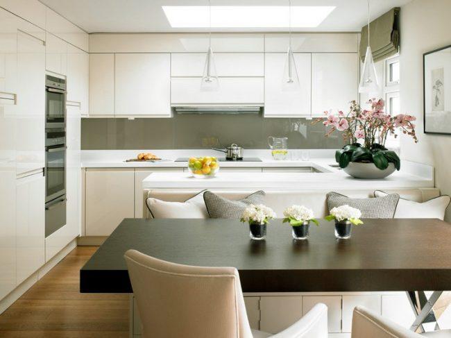 Combinaison calme de cuisine blanche avec un décor kaki