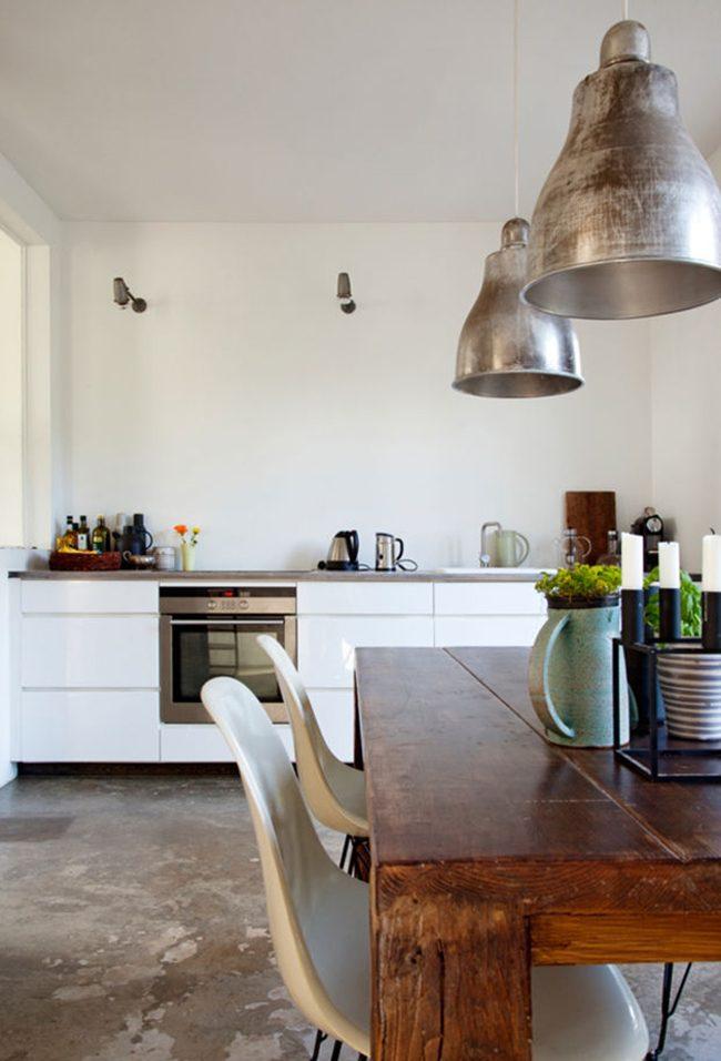 La façade de la cuisine est en aggloméré de couleur blanche brillante