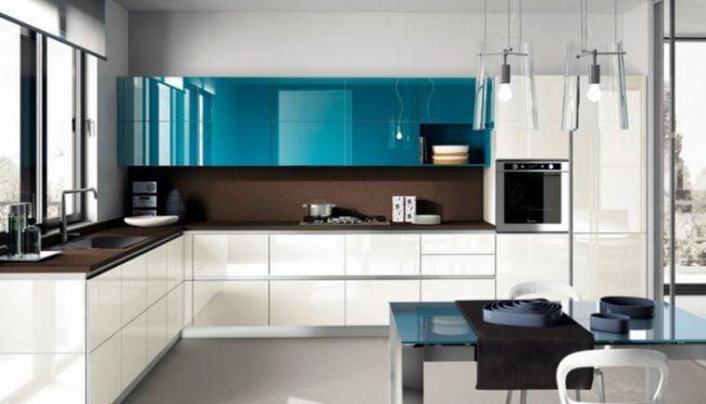 Une combinaison intéressante de couleurs vives avec un ensemble de cuisine brillant