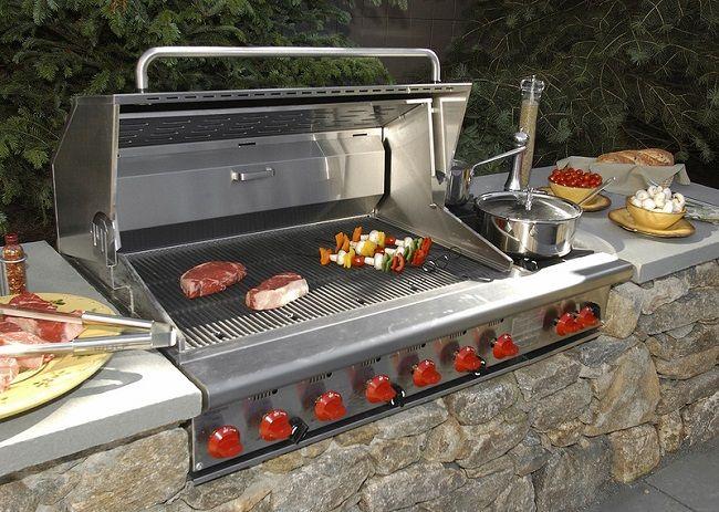 Le barbecue avec couvercle permet à la viande non seulement de frire, mais aussi de mijoter