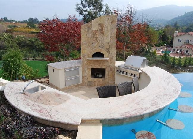 Liaison très originale de l'espace barbecue et de la piscine