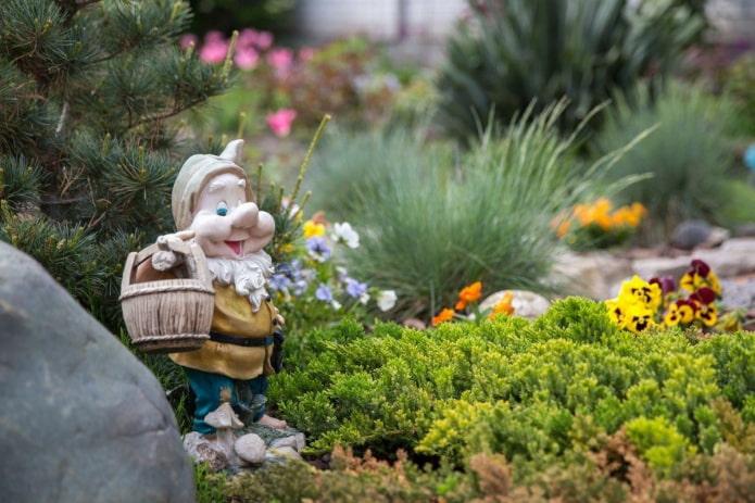 Nain dans un jardin fleuri