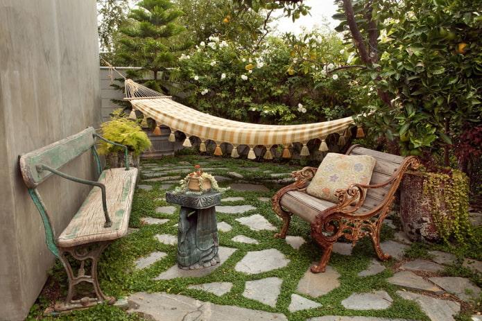 Aire de repos avec éléments décoratifs
