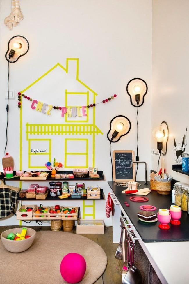 Une chambre d'enfants colorée, dont le mur est inhabituellement décoré d'un éclairage supplémentaire
