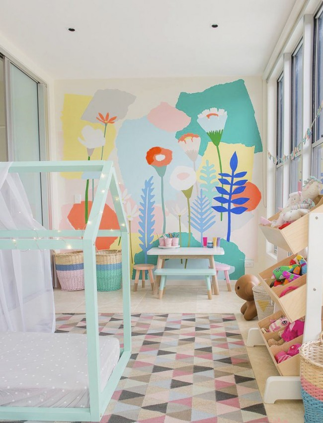 Jardin préféré représenté sur le mur dans une petite chambre d'enfants
