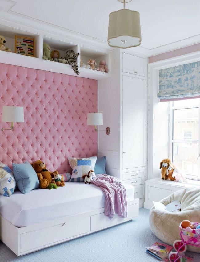 Chambre pour une fille avec un mur rose tendre et doux