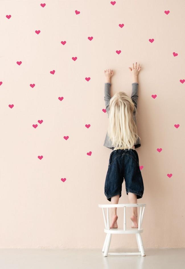 Votre enfant appréciera sans aucun doute de coller lui-même différentes décorations au mur.