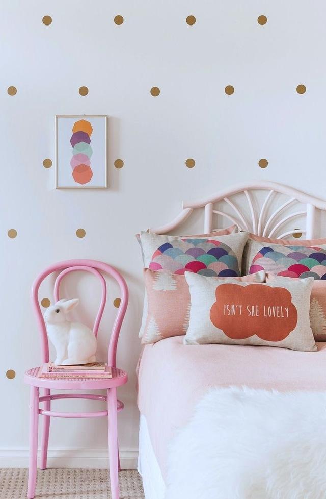 Il est très facile de décorer une pièce avec des dessins simples et simples, par exemple, pour faire un mur dans un gros pois
