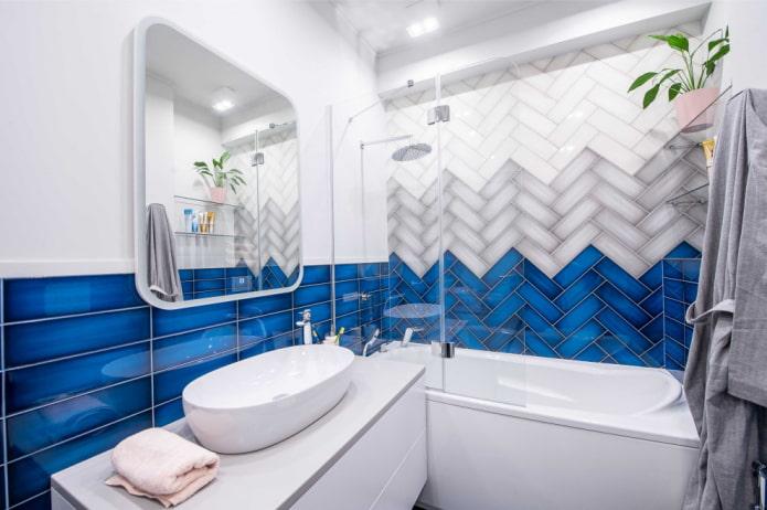 Éclairage dans une petite salle de bain