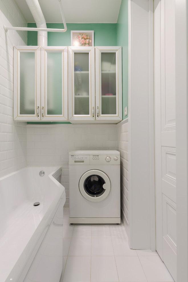Armoires au-dessus de la salle de bain et laveuse
