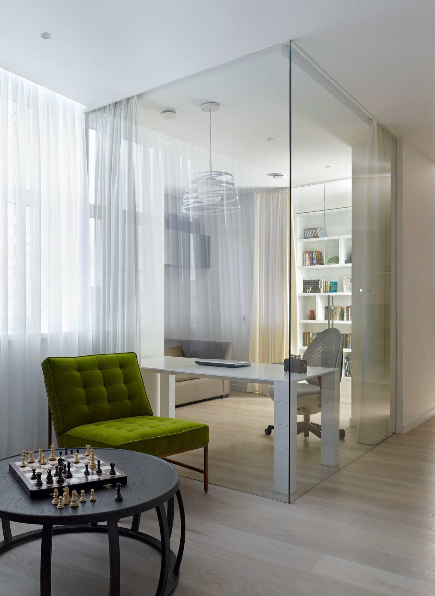 La zone de travail est séparée de manière compacte de la pièce principale par des parois vitrées
