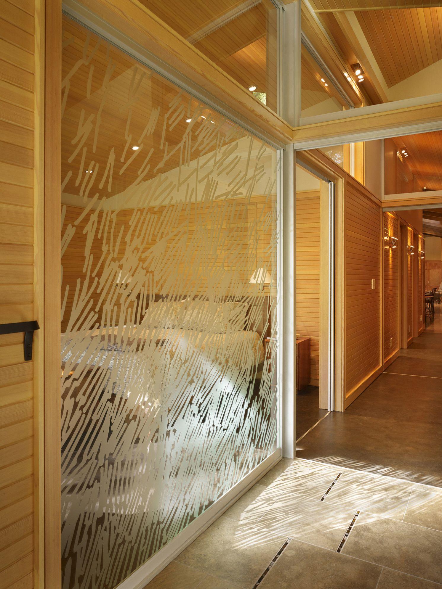 Les cloisons vitrées maintiennent l'espace fluide et visuellement indivisible