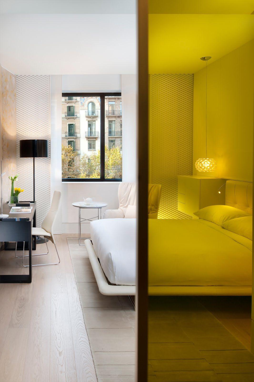 La cloison en verre jaune vif anime l'intérieur monochrome