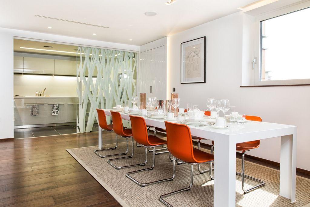 La cuisine et la salle à manger sont séparées par une cloison vitrée