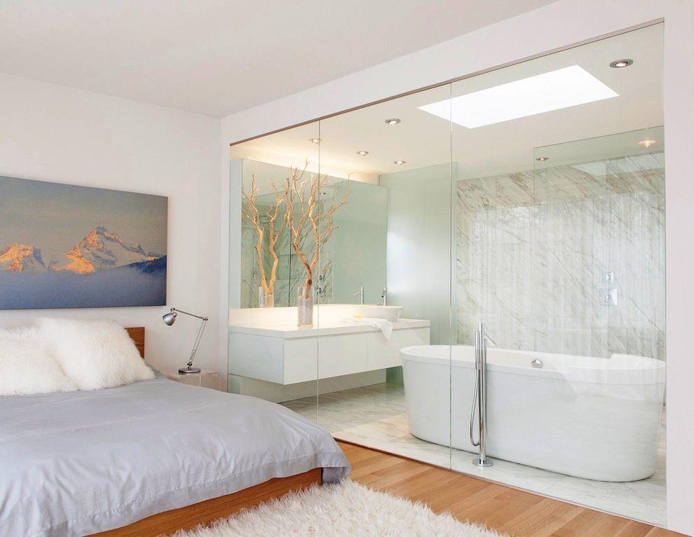 La salle de bain est séparée de la chambre par des cloisons vitrées aérées