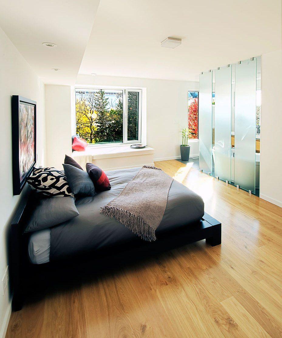 Une solution originale dans la chambre - trois cloisons vitrées étroites