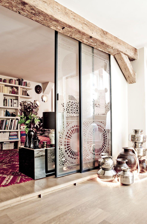 Une cloison en verre peut être non seulement fonctionnelle, mais aussi une partie décorative de l'intérieur.