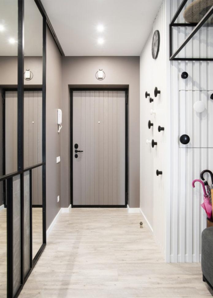 murs beiges dans le couloir