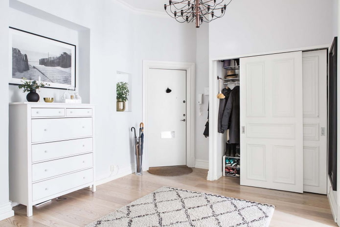 couloir blanc spacieux