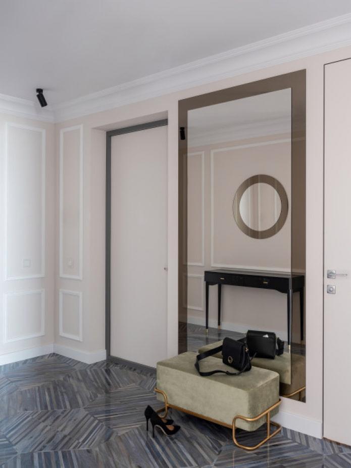 pouf élégant dans le couloir