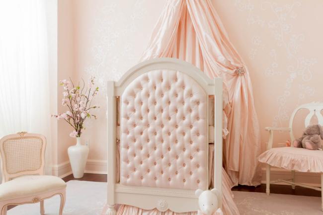 Chambre d'enfant pour une petite fille aux couleurs délicates
