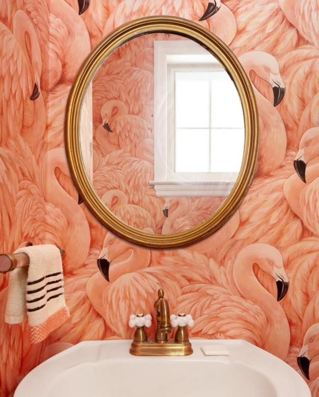 Gros plan de flamants roses sur les murs de la salle de bain