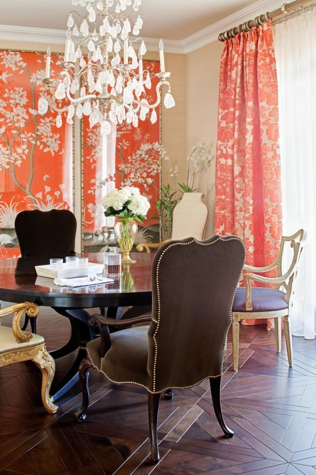 Intérieur de salle à manger classique avec papier peint lumineux