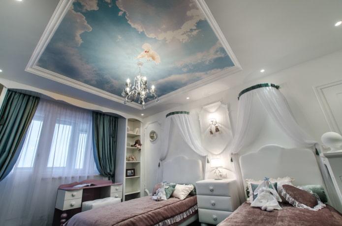 papier peint avec l'image du ciel au plafond