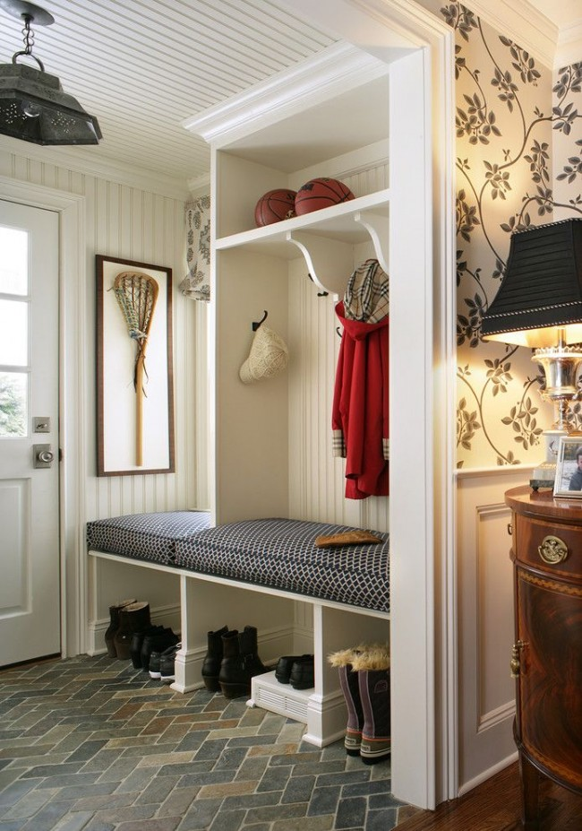 Style classique à l'intérieur d'un petit couloir