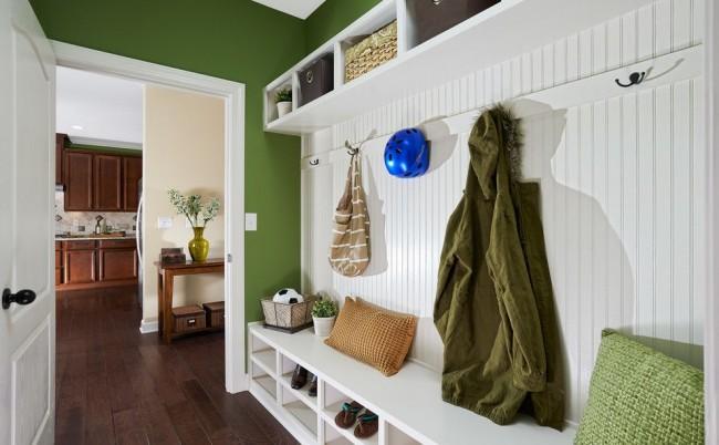 Les intérieurs verts et blancs sont à la fois contrastés et doux