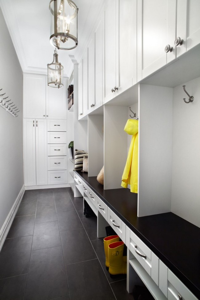 Hall d'entrée pratique avec un système de rangement pour les vêtements d'extérieur, saisonniers et pas seulement, les chaussures et les accessoires, ainsi qu'un coin salon pour se rassembler confortablement avant de sortir