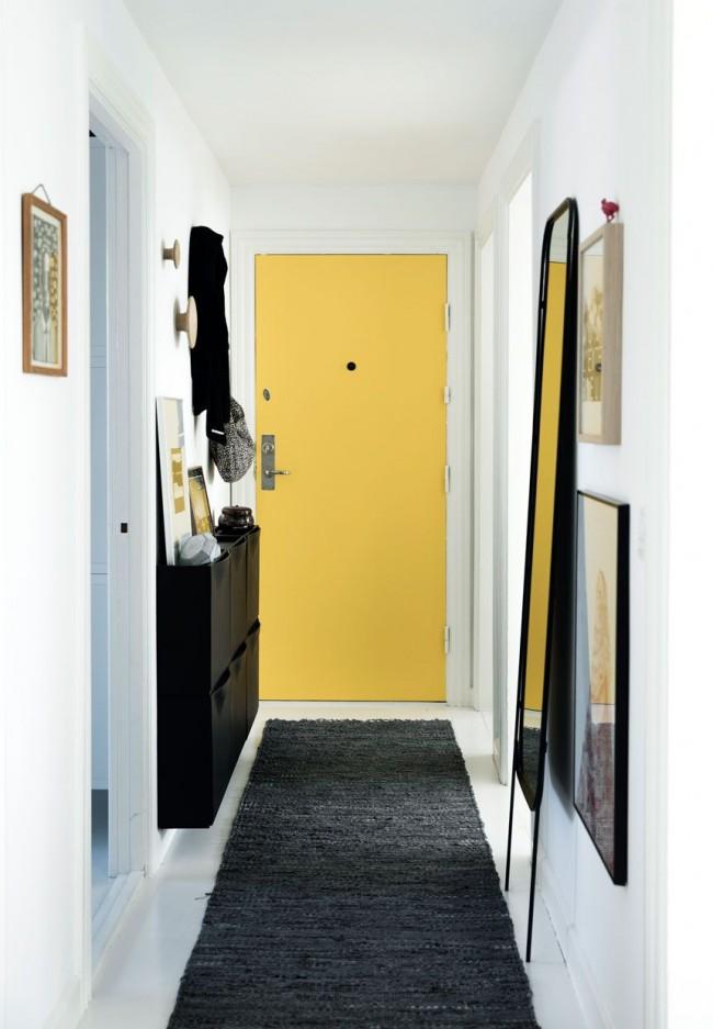 Une porte d'entrée jaune ajoutera une touche de fraîcheur à l'intérieur noir et blanc du couloir
