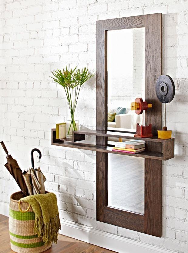 Étagère élégante avec un miroir à l'intérieur du couloir