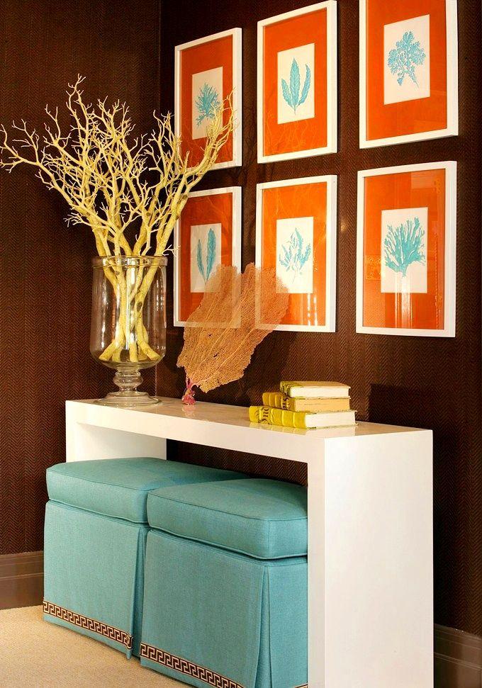 Un pouf en velours bleu avec une jupe décorative surprendra les invités avec sa couleur paradisiaque, et à la fin de la journée de travail ravira ses propriétaires