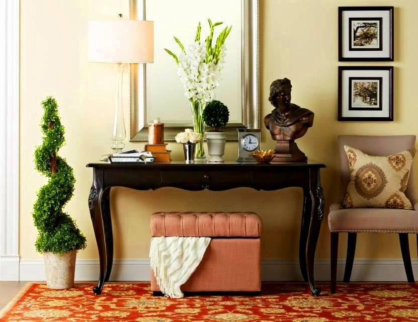 Un petit pouf rose peut rendre le couloir sophistiqué, délicat et unique.