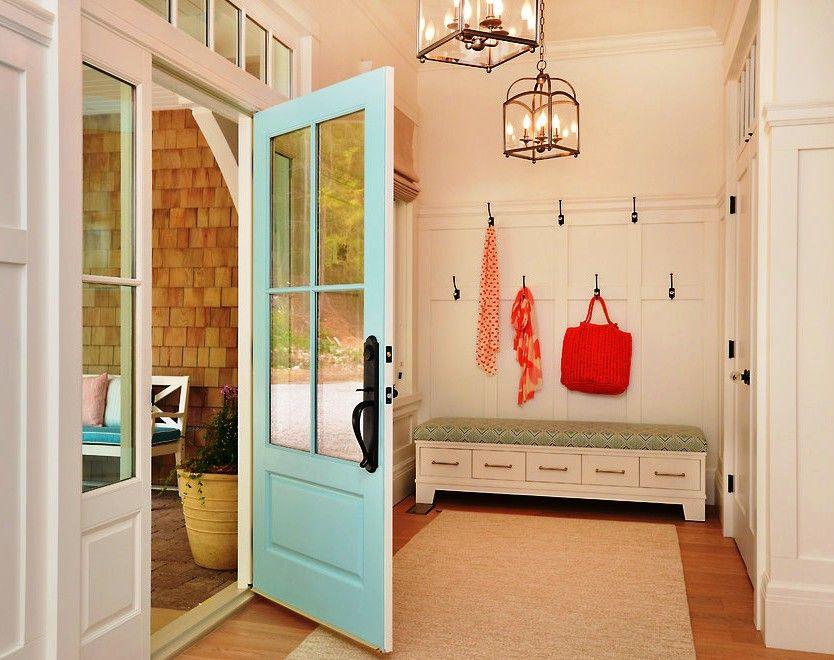 Un pouf aussi spacieux s'adapte facilement à des bagatelles telles que: clés, gants, magazines, cirage à chaussures